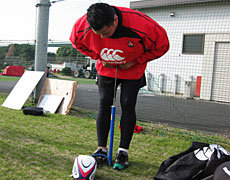 久しぶりにセブンズに戻ってきたレプハ・トゥイラ選手(大東文化大学)が練習前みんなのために空気入れ係を買って出てくれました