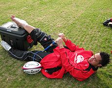 空気入れを使ってリハビリ中のピエイ・マフィレオ選手(日本大学)
