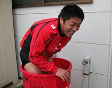 練習終了近くから急に寒くなってきた中でのアイスバスに入る徐吉嶺選手(ヤマハジュビロ)