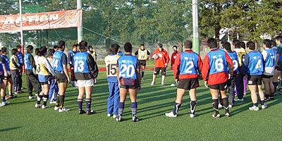 選手たちに、トレーニングの重要な点をしっかりと説明していました