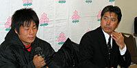 帝京大学の岩出監督(右)と、井本ゲームキャプテン