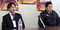 法政大学の駒井監督(左)と、有田主将