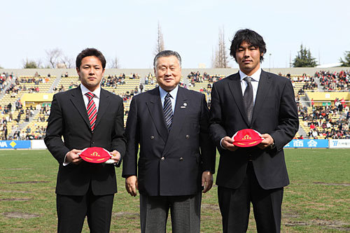 森会長を中心に、左が池田選手、右が佐々木選手