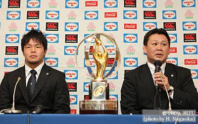 3月16日、記者会見での薫田監督(右)と、U20日本代表の有田主将
