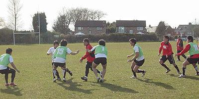2チームに分かれての練習では元木コーチも参加し、体で選手に教えていました