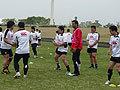 正対した選手と目線を逸らさずにパスを受け、移動している選手の足もとのカラーを伝える