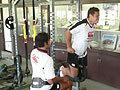 自分の体重にさらに負荷を加えてトレーニングをするロビンス選手