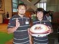 プロモーションボールを手にした青木選手(左)と田中選手