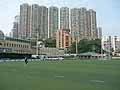 高層ビル群に包まれた香港フットボールクラブのグラウンド