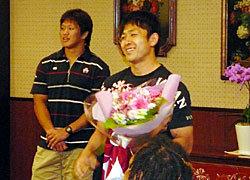 小野澤選手に、チームからジャージーとホテルから花束が贈られた