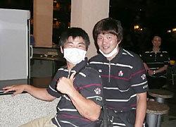 プールサイドでリラックスする田中選手と前田テクニカル