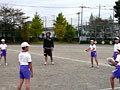 大野選手と一緒にパスを体験する子供たち