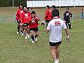 走りこみながらキックされたボールをキャッチするドリル。キッカーは田中選手、キャッチするのは吉田選手