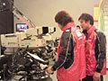 リハーサルの前に、収録用のカメラを操作する菊谷キャプテン(左)と平選手