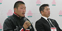 帝京大学の岩出監督(右)と野口キャプテン