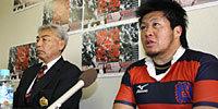 明治大学の吉田監督(左)と西原キャプテン