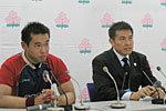 東田ヘッドコーチ(右)と遠藤主将