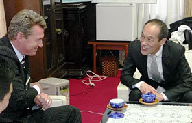 東国原知事と談笑するカーワンHC