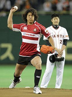 マウンドに立って力強くボールを投げる菊谷主将