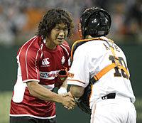 始球式ボールを阿部選手からもらう菊谷主将