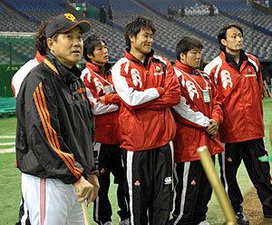 試合前打撃練習中に原監督と選手たちが談笑