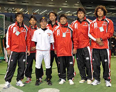 ラグビー経験者の松本選手と一緒に