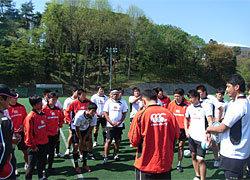 この日のメンバーを発表する元木ヘッドコーチ