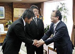 中山市長から激励を受ける地元流経大の辻選手と高森選手