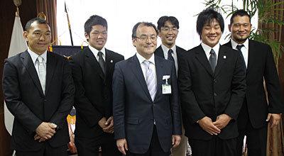 左から元木HC・高森選手・中山市長・中竹CD・辻選手・流経大の内山監督