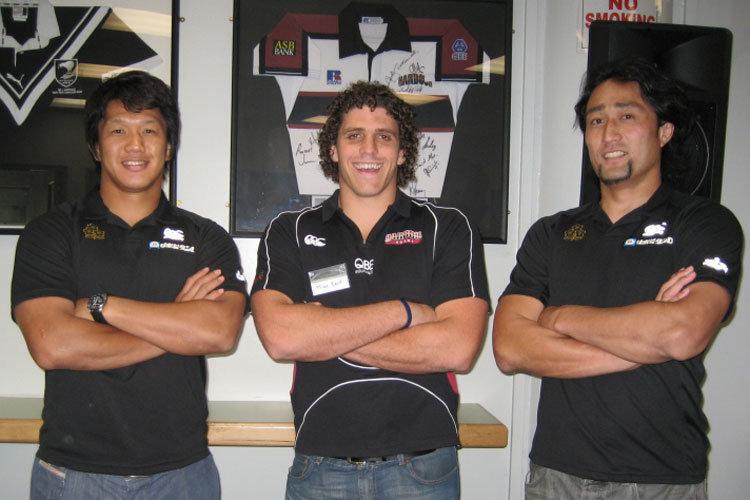 ノースハーバー州代表のマイク・リード キャプテンをはさんで、日本代表の菊谷キャプテン(左)と大野選手