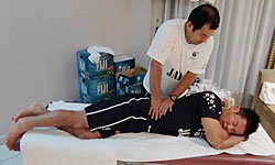 南川トレーナーの治療を受ける山内選手