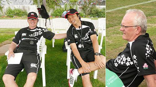 左の写真は、日本代表フィットネスコーチ団。太田正則コーチと。右/いつも選手へ目を光らせています