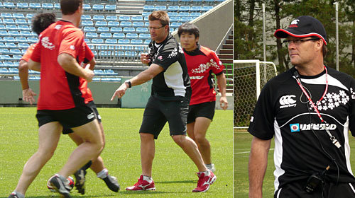 日本語で指導します!! 練習では、選手よりも大きな声を出しています