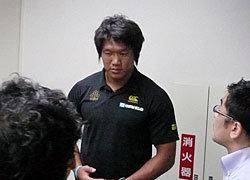 成田空港で取材陣の質問に答える菊谷キャプテン