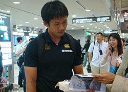 成田空港で取材を受ける小野澤選手