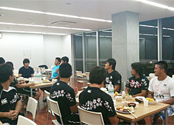 チームワークを大切にする村田監督の希望で、全員一緒に「いただきます」。今日の担当は高井選手
