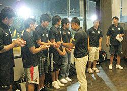 村田監督からSCIX学生メンバーへ記念品