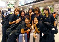 26日、成田空港に到着