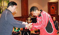 翌日の試合のため、萩本ヘッドコーチよりユニフォームを受け取るエルティング選手