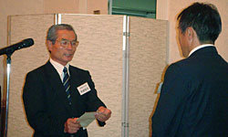 九州協会・永田広報委員長より、宮崎県協会・後藤会長に対し口蹄疫義援金が授受された