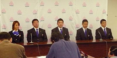 出発前記者会見。左から鈴木キャプテン、黒岩ヘッドコーチ、太田チームリーダー、村田監督、宇薄キャプテン