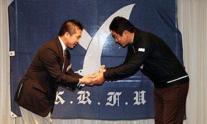 太田GMからタマリバクラブ高橋クラブマネージャーに認定プラークを授与
