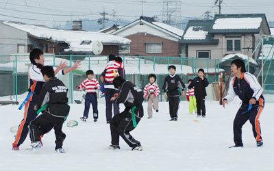 「雪中ラグビー祭」、150人もの参加者が