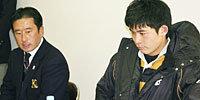 慶應義塾大学の田中監督(左)と仲宗根キャプテン