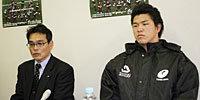 天理大学の小松監督(左)と立川キャプテン