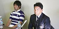 明治大学の吉田監督(左)と溝口キャプテン