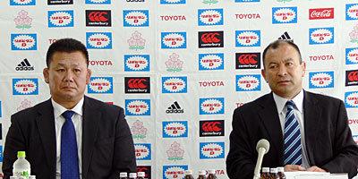 会見に臨むエディー・ジョーンズヘッドコーチ(右)、薫田真広アシスタントコーチ