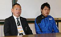 朝日大学の吉川監督(左)と石原キャプテン